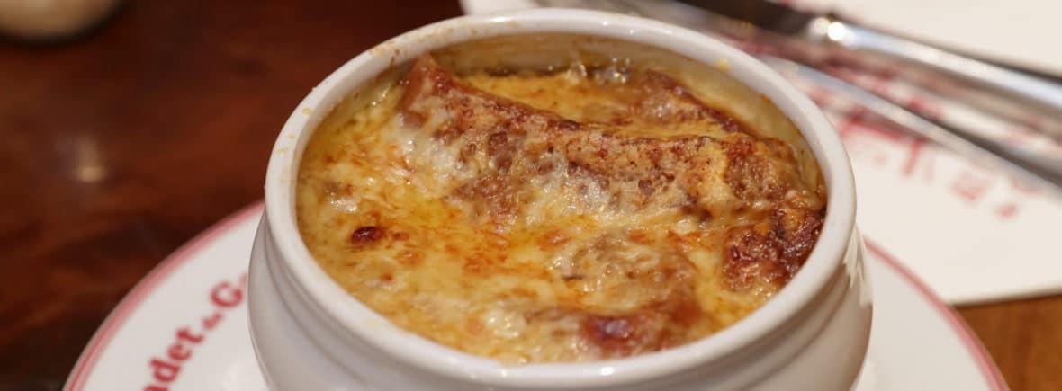 Traditionnelle cuisine Française soupe à l'oignon
